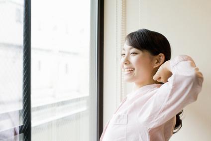 伸びをする女性イメージ
